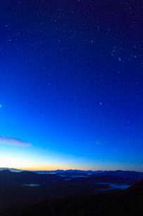 富士見岳から望む甲斐駒ケ岳などの山並みと黎明の星空の写真素材 [FYI02715671]