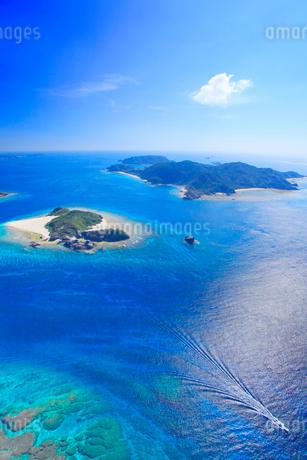 嘉比島と阿嘉島など慶良間諸島とボートの空撮の写真素材 [FYI02715885]