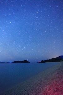 古座間味ビーチの海と安室島など慶良間諸島と星空の写真素材 [FYI02715996]