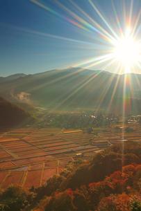 朝の千古屋城跡から望む曲尾の田園と烏帽子岳の写真素材 [FYI02716190]