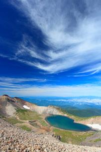 剣ケ峰から望む権現池と白山などの山並みの写真素材 [FYI02716201]