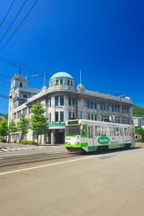 函館地域交流まちづくりセンターと函館市電の写真素材 [FYI02716336]