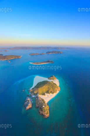 嘉比島など慶良間諸島の空撮夕景,魚眼の写真素材 [FYI02716552]