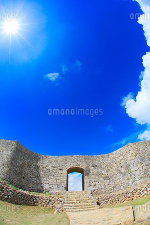 中城城跡の一の郭のアーチ石門と太陽の写真素材 [FYI02716669]