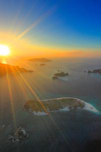 安慶名敷島と嘉比島など慶良間諸島の空撮夕景の写真素材 [FYI02716915]