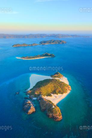 嘉比島と安慶名敷島など慶良間諸島の空撮夕景の写真素材 [FYI02717101]