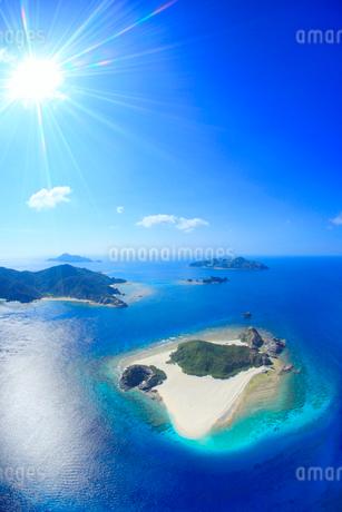 嘉比島など慶良間諸島の空撮と太陽の光芒の写真素材 [FYI02717164]
