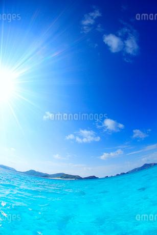 トロピカル色の海と嘉比島など慶良間諸島と太陽の光芒,魚眼の写真素材 [FYI02717178]