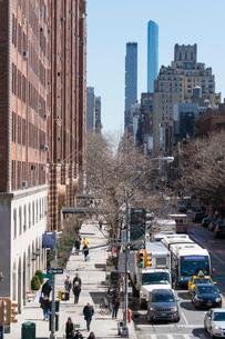 23丁目ストリートに立ち並ぶアパートの列と交通 チェルシー ミッドタウン マンハッタ ンの写真素材 [FYI02717631]