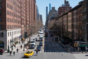 23丁目ストリートに立ち並ぶアパートの列と交通 チェルシー ミッドタウン マンハッタ ンの写真素材 [FYI02717910]