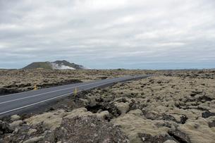 溶岩と道路43号線の写真素材 [FYI02718099]
