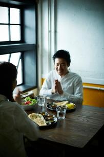 カレーを食べるカップルの写真素材 [FYI02718115]