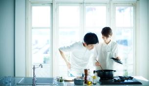 キッチンで料理をする2人の写真素材 [FYI02718162]