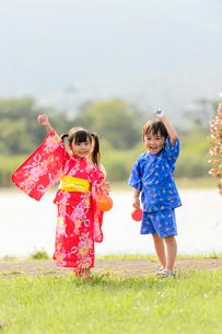 芝生を走る浴衣の子供の写真素材 [FYI02718402]