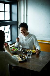 カレーを食べるカップルの写真素材 [FYI02718505]
