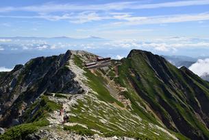 唐松岳頂上山荘と登山者の写真素材 [FYI02718754]