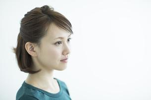 若い女性の横顔の写真素材 [FYI02718900]