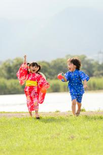 芝生を走る浴衣の子供の写真素材 [FYI02719918]