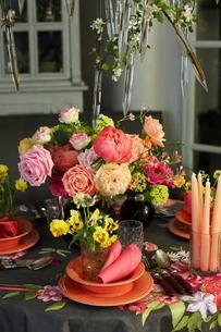 芍薬とバラと春の花のテーブルコーディネートの写真素材 [FYI02720241]