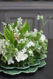 スズランと初夏の花のアレンジメントの写真素材 [FYI02720301]