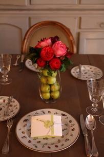 バラのテーブルアレンジの写真素材 [FYI02720405]