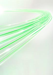 グレーの背景に光通信に見立てた緑色の光の束のイラスト素材 [FYI02720626]
