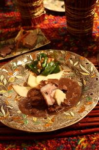 料理とフラワーアレンジメントの写真素材 [FYI02720830]