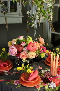 芍薬とバラと春の花のテーブルコーディネートの写真素材 [FYI02720905]