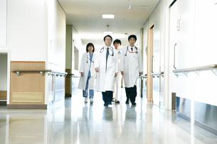 医師の回診の写真素材 [FYI02721336]