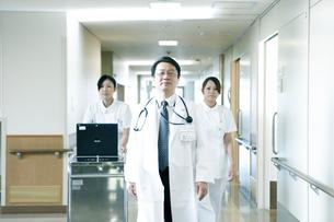 医師の回診の写真素材 [FYI02721403]