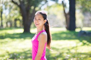 緑の中で笑っている女性の写真素材 [FYI02721839]