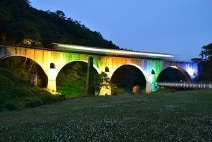 JR釜石線めがね橋ライトアップと列車の写真素材 [FYI02721874]