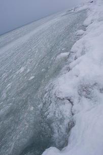 寒さで凍った海の写真素材 [FYI02721935]