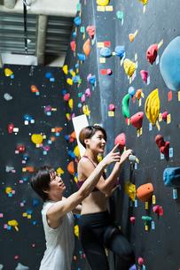 ボルダリングをする若い男女の写真素材 [FYI02722173]