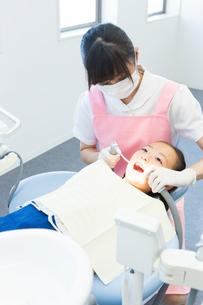 歯科医院で治療をする女の子の写真素材 [FYI02722255]
