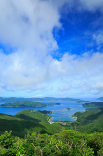 奄美大島 高知山展望台より望む大島海峡と加計呂麻島の写真素材 [FYI02722422]