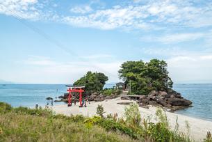 錦江湾に突き出た岩山に建つ荒平天神の写真素材 [FYI02722506]