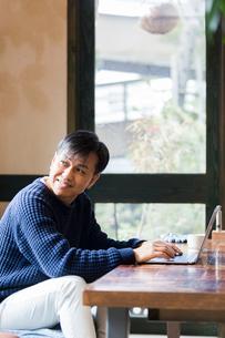 カフェでパソコン作業をする男性の写真素材 [FYI02722811]