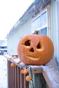 ジャック・オー・ランタンを飾ってハロウィンの準備の写真素材 [FYI02722835]