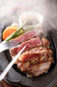和牛ステーキの鉄板焼き(縦)の写真素材 [FYI02722863]
