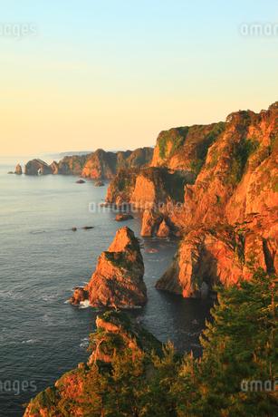 朝日に染まる北山崎断崖の写真素材 [FYI02722932]