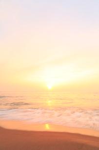 夕日と浜辺によせる波の写真素材 [FYI02722967]