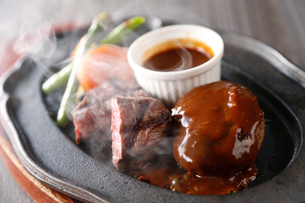 ステーキとハンバーグの鉄板焼きの写真素材 [FYI02723113]