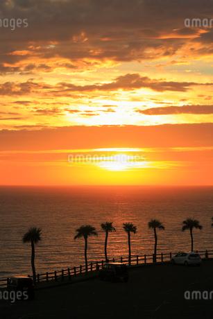 奄美大島 大浜海浜公園より望む東シナ海の夕焼けの写真素材 [FYI02723128]