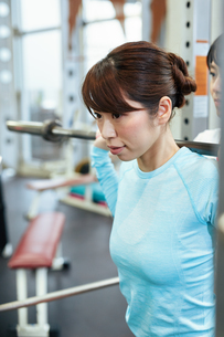 スポーツクラブでトレーニング中の女性の写真素材 [FYI02723193]