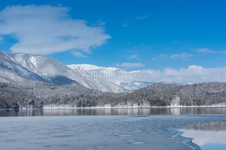 冬の青木湖の写真素材 [FYI02723220]