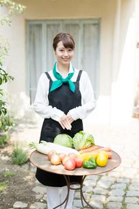 生鮮野菜を持つ野菜ソムリエの写真素材 [FYI02723251]