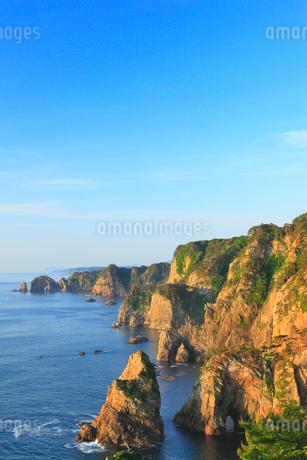 朝日に染まる北山崎断崖の写真素材 [FYI02723468]