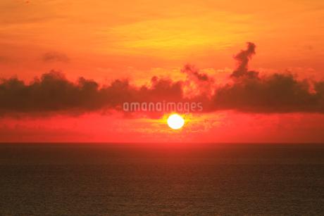 奄美大島 あやまる岬から望む朝日と海の写真素材 [FYI02723577]