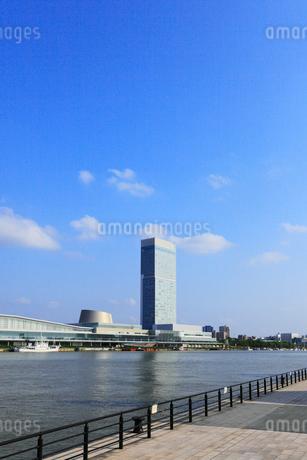 朱鷺メッセと信濃川の写真素材 [FYI02723681]
